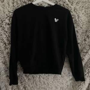en svart t-shirt med musse pigg i hörnet, köpt på hm och använd fåtal gånger i nyskick, priset är inklusive frakt