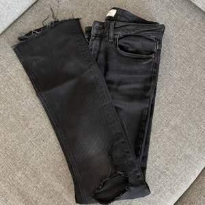 Bootcut jeans från zara med hål i knäna. Köpare står för frakt.