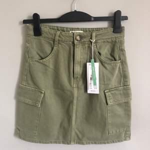 Helt ny kjol från Gina tricot. Köpt men var tyvärr för liten. Jättefin färg och snygg modell. Storlek 36. Kostar ny 349kr. Tyvärr lite liten på mig.