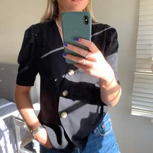 Söt blus köpt i Palma så vet tyvärr ej märket:/ Liten puffärm och knappar fram. Sällan använd och säljer den pga lite för liten för mig!