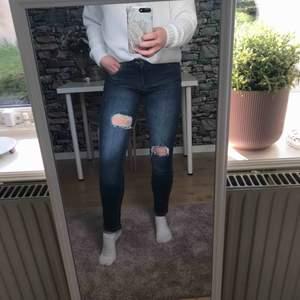 Fina mellanblå jeans med snygga hål.