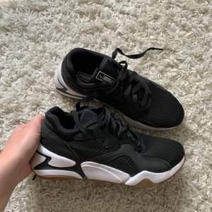 Snygga svarta Puma sneakers som är i nyskick knappt använda 3-4 gånger utan några förslitningar💗 väldigt användbara och passar bra som träningsskor!