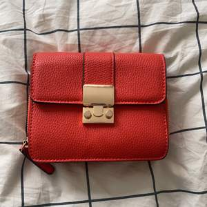 Säljer denna röda fina väska💋den har inte varit med om så mycket och inte så längre😛ordinarie pris:600kr mitt pris:200kr😋