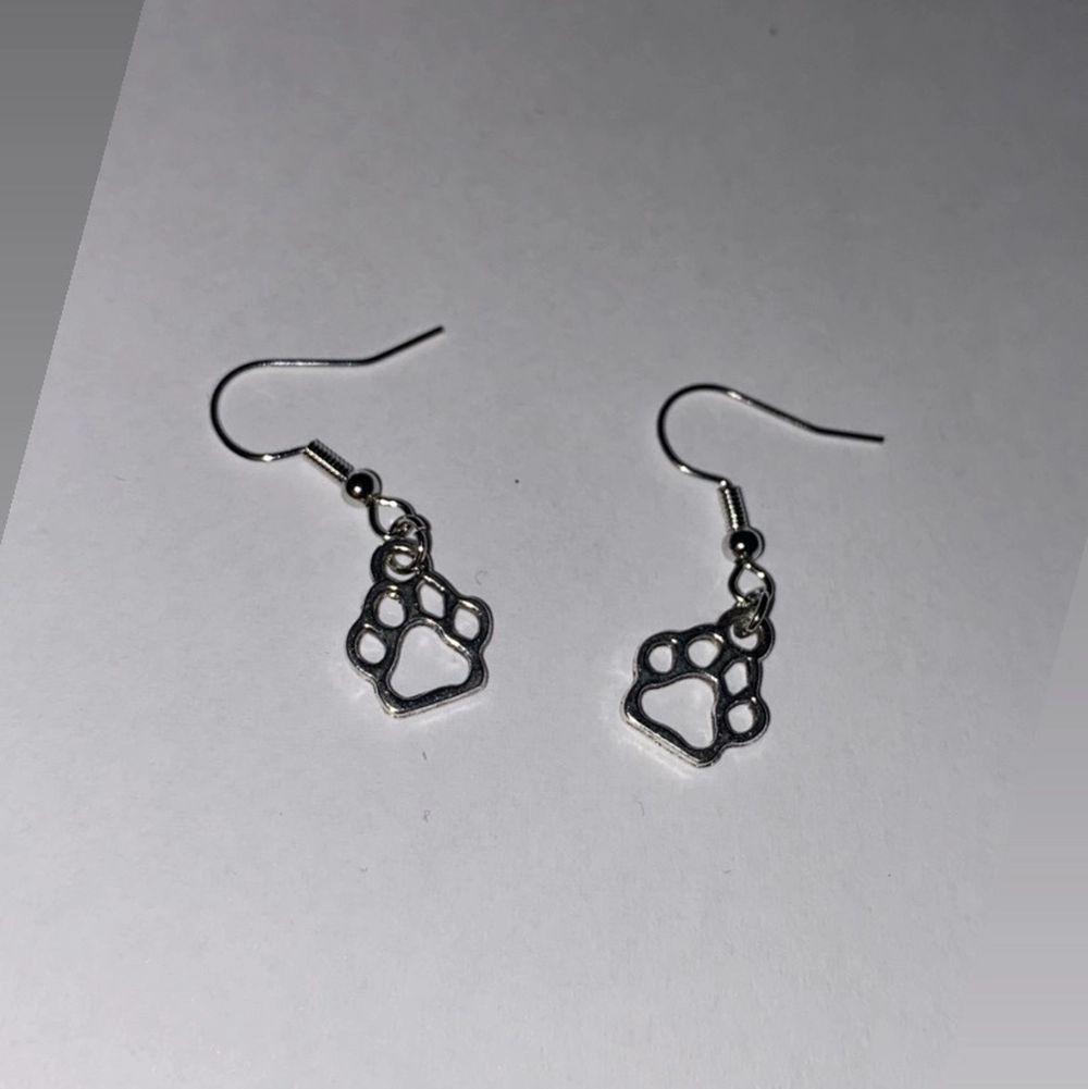 2 första bilderna är halsband ca30cm. Tredje bilden är ett par tass örhängen 🐾  köpa från insta gram smycken_by_hilma. Accessoarer.