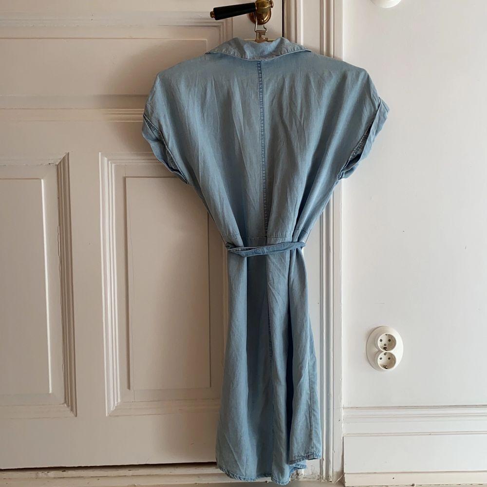 Superskönt jeansklänning som är använd endast en gång. Tillhörande band i midjan. Storlek S. . Klänningar.