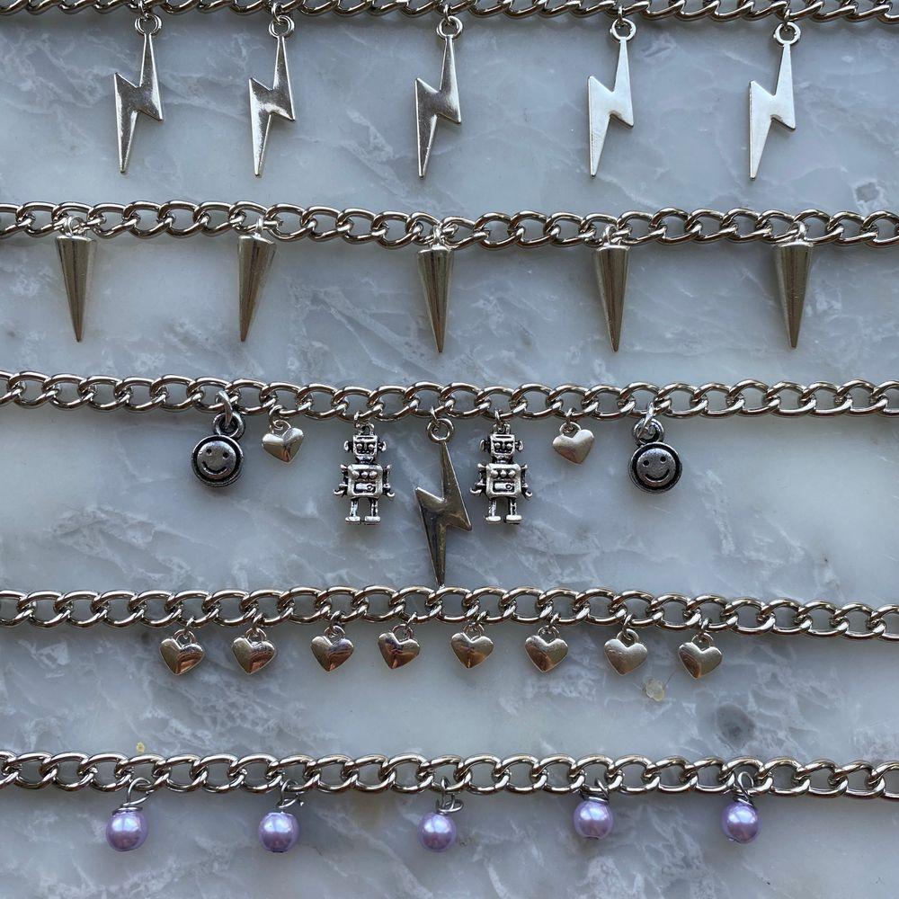 Nu säljer jag massa nya handgjorda smycken! Halsbanden kostar 99kr och örhängena kostar 39kr + 11kr frakt! Dock ingår frakten vid köp av två smycken eller mer! Hoppas att ni vill köpa!💞. Accessoarer.