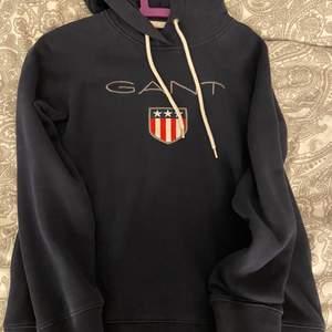 Säljer min hoodie från gant då den aldrig kommer till användning, använt ett få tal gånger, jättefint skick. 150kr + frakt eller bud