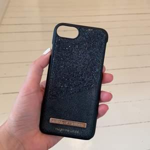 Svart glittrigt mobilskal från märket idealofsweden. Passar till iPhone 6,7,8