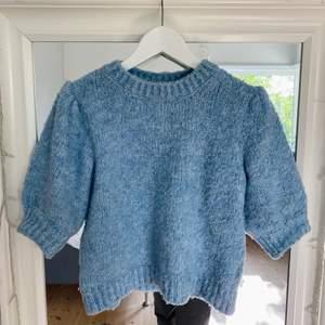Superfin och trendig tröja, passar s/m!! Endast använd två gånger💕 Färgen är mer rättvis på första bilden, frakt tillkommer 🚚