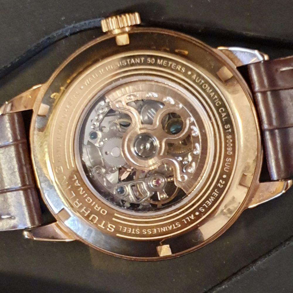 Väldigt fin och väl omskött stuhrling klocka utan repor. Rosé guld med ett snyggt läder armband. Certifiering äkta. Garanti kortet medföljer även det. Nypris ca 5200kr Mitt pris 3000kr.. Accessoarer.