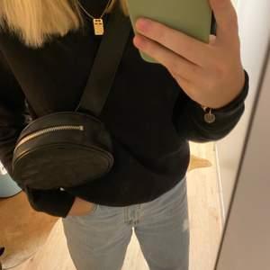 Skit cool bum bag som också kan användas som magväska om man önskar det. Köpt på Monki och är näst intill helt oanvänd. Super fint skick🦋🐬🌊