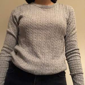 Grå, enkel, tunn stickad tröja. Söt och sitter fint. Har bara använt ett par gånger. Om du beställer fler kläder från mig behöver du inte betala frakt separat för alla produkter❗️❗️