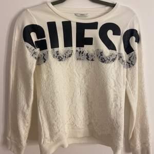 En jätte fin tröja från Guess som tyvärr inte har kommit till användning. Nyskick, står ingen storlek men passar på en xs.