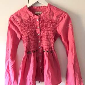 """Oddmolly blus i en magisk rosa färg! Använd ett fåtal gånger därav i bra skick. Blusen är """"ribbad"""" framtill och har paljetter vilket gör den festligare. Blusen har även små detaljer som gör den mer festlig och exklusive!"""