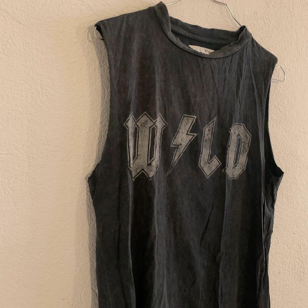 Ett coolt linne som tyvärr inte kommer till användning längre! Frakt tillkommer . Toppar.