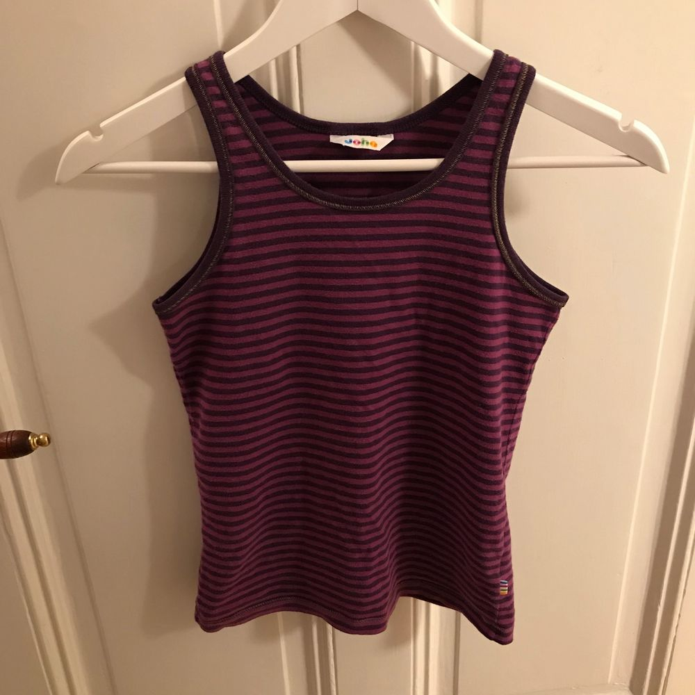 Ett randigt mörklila linne från Joha. Tror att det är barnstorlek men skulle säga att det passar XS. . Toppar.
