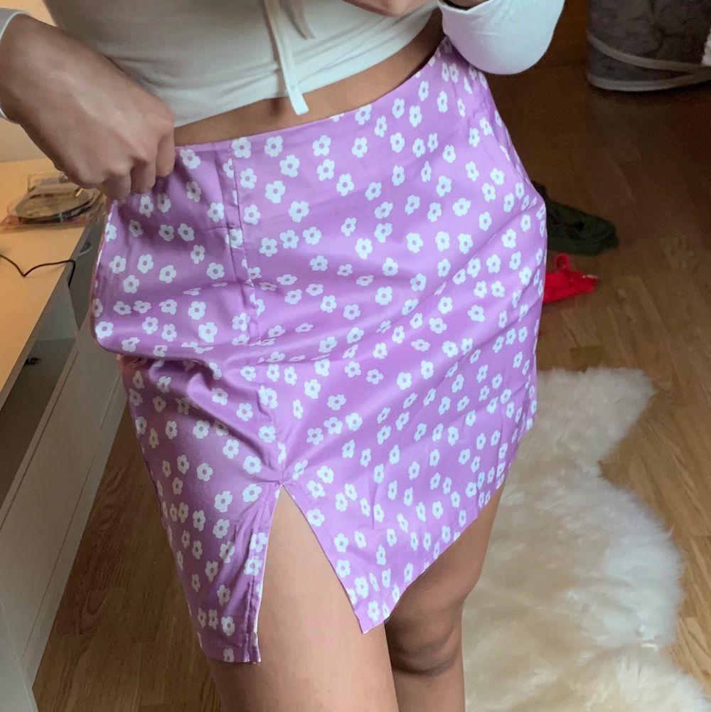 Jättesöt blommig kjol från shein i storlek xs men skulle även passa s. Aldrig använd . Kjolar.