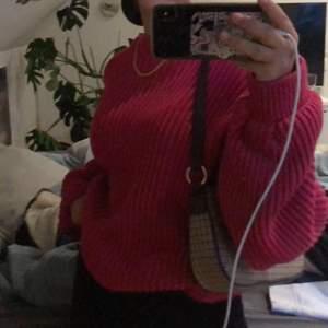 Rosa stickad tröja (bilden är grå pga simmad spegel) köpt från nakd och knappt använd! Stor i storleken så passar lätt en xs-m beroende på hur man vill att den ska sitta.
