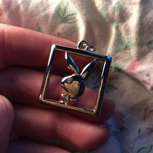 """Playboy """"hänge"""", aldrig använt. De har en liten diamant som öga, jätte snygg detalj ;) köparen står för frakten <3 (obs kedjan medföljer ej!)"""