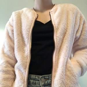 Supermysig fluffig rosa jacka/kofta. Använd ett fåtal gånger.