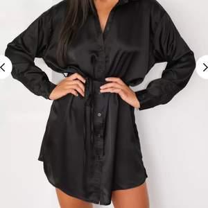 Längre silkes skjorta. Kan även användas som klänning. Helt oanvänd och mycket skönt material. 🥰🥰 2 för 3 på allt jag säljer