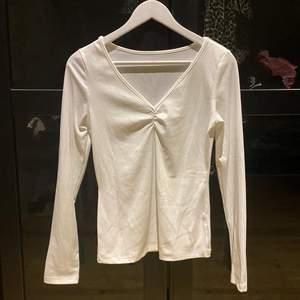 Basic tröja, billigare material, lite genomskinlig!! Väldigt stretchig och tunn, perfekt på sommaren! Nyskick 🥰 (Skulle säga att den motsvarar en lite större M, passar definitivt större! Nog stor för en XS/S)