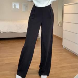 Säljer dessa jättesköna kostymbyxor då de inte kommer till användning längre✨ Jättebra skick! Dragkedja på sidan och två öppna fickor. Är perfekta på mig som är 173 och vanligtvis har storlek S. orginalpris: 499kr, säljs för 200kr+frakt💖