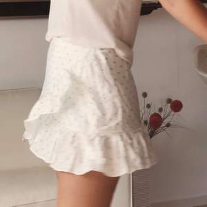 Superfin kjol från Loavies!! storlek xs men med tanke på att den har resår på baksidan kan den passa även en som vanligtvis inte bär xs 💗