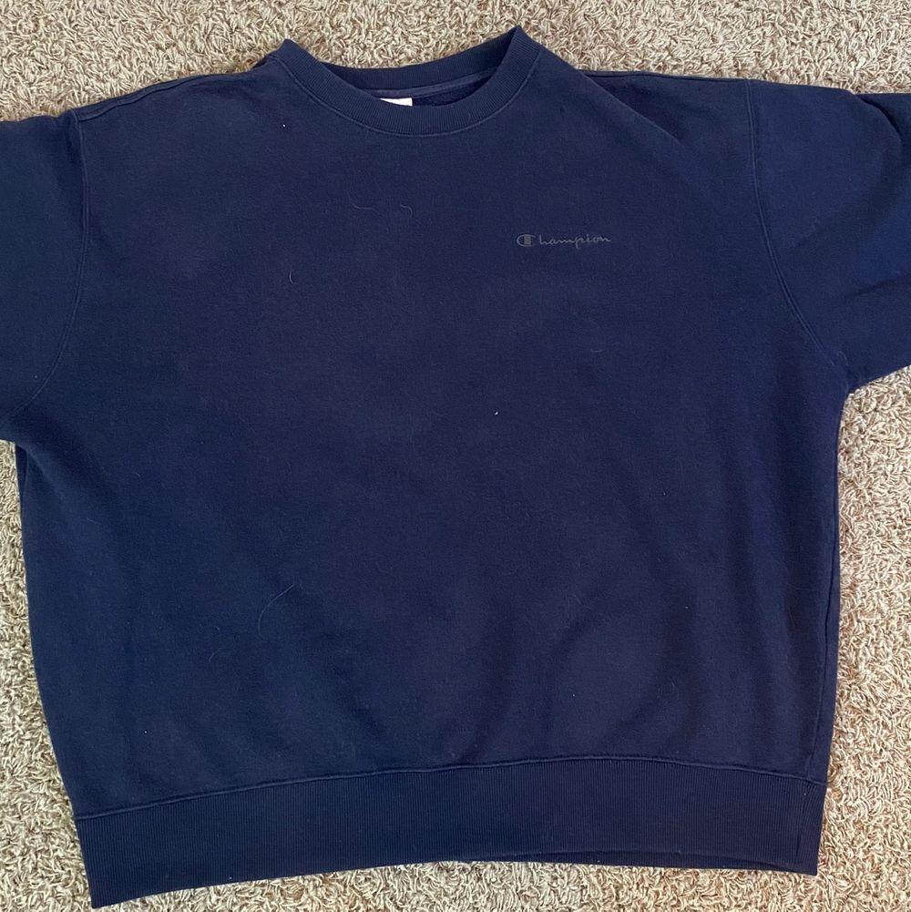Snygg vintage navy blå champion sweatshirt säljes. Pris: 399. Kontakta vid intresse eller frågor!. Tröjor & Koftor.