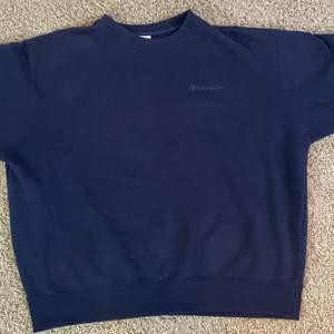 Snygg vintage navy blå champion sweatshirt säljes. Pris: 399. Kontakta vid intresse eller frågor!