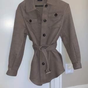 En lite längre jacka / kappa som har märket vero Moda men är köpt på Nelly i höstas bara använd Max 5 ggr nypris 600kr