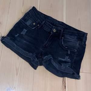 Ett par svarta shorts från H&M. Storlek 26/32.