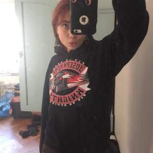 supermysig snygg svart hoodie med tryck på. köpt på beyond retro så den är sådär skönt använd
