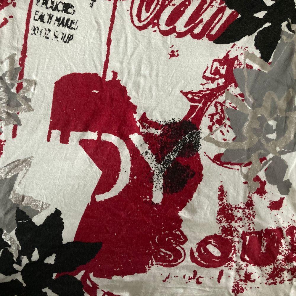 Ascool röd, vit och svart mönstrad tröja. Storlek M-L. Köparen står för frakten och jag svarar gärna på frågor!!🥰. Tröjor & Koftor.