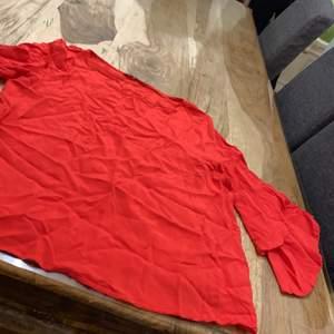 Röd tröja som endast använd en gång. 50kr🥰