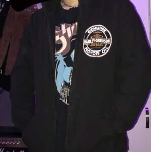 Genuin Harley Davidson hoodie som jag har köpt på HD-affären vid Stockholm. Säljer den för att den ligger bara i min garderob, Strl XL, sitter bra på mig som är lite större än dem flesta men sitter säkert perfekt på dig :)), köparen betalar frakt