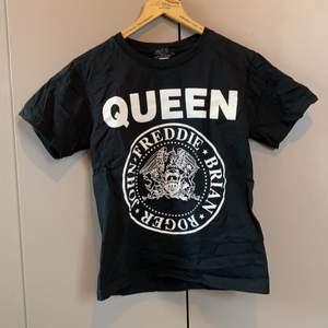 Helt oanvänd T-shirt med Queen-tryck. Säljer pga inte min stil.