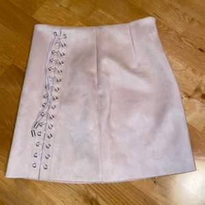 Säljer denna kjol då den är för stor för mig. Har använt den några gånger och är i fint skick💗 är i mocka imitation och har en fin smutsrosa färg💗 frakten ingår inte💗