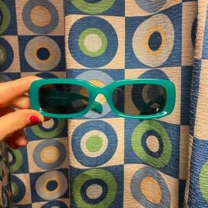 säljer dessa weekday solglasögon. Båda är samma modell.  100 kr för båda tillsammans . Kan endast mötas i stockholm och tyvärr inte posta