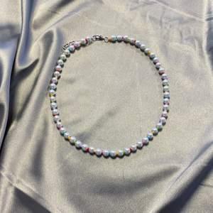 Jättefint halsband jag gjort själv, materialet är glas! Mer hos @tinsel.uf på instagram! 🥰 38cm + 4cm förlängning ✨