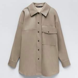 Skitpopulär oversize läderskjorta från zara använd två gånger! Använt den som tunn jacka så den funkar som både oversize skjorta o tunn vår/höst/sommarjacka😍 !!!budgivning från 50kr med 10kr mellan varje bud!!! Ledande bud: 80kr. direktköp 200kr