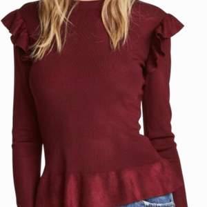 Röd finstickad tröja med volang från H&M. Storlek M. Använd bara en gång.