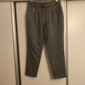 Sköna gråa byxor. Använde 3 gånger. Storlek S-M. 60kr.