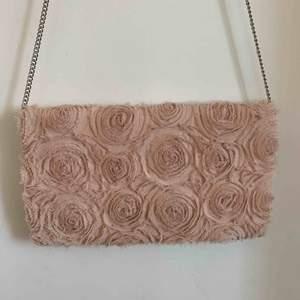Supersöt ljusrosa axelremsväska med rosor. Från H&M. Den är några år gammal men knappt använd alls. 🌸 Frakt tillkommer✨