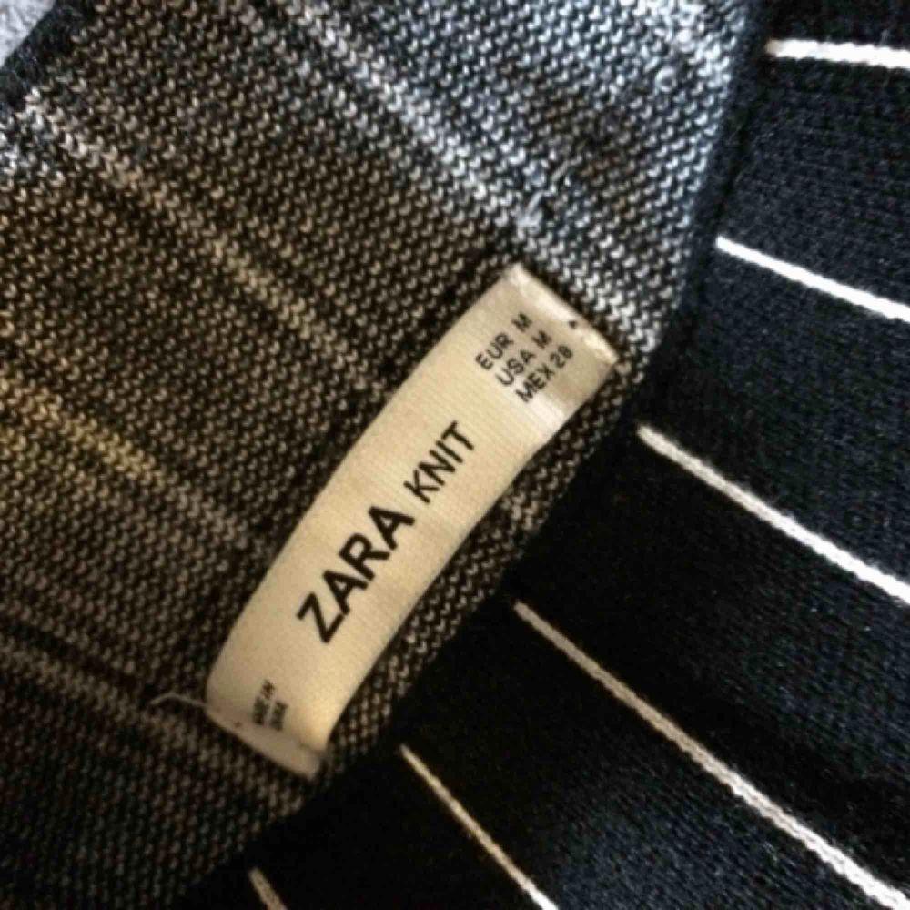 Randig stickad tröja från Zara. Bra passform med en liten polokrage. Mycket fint skick.. Stickat.