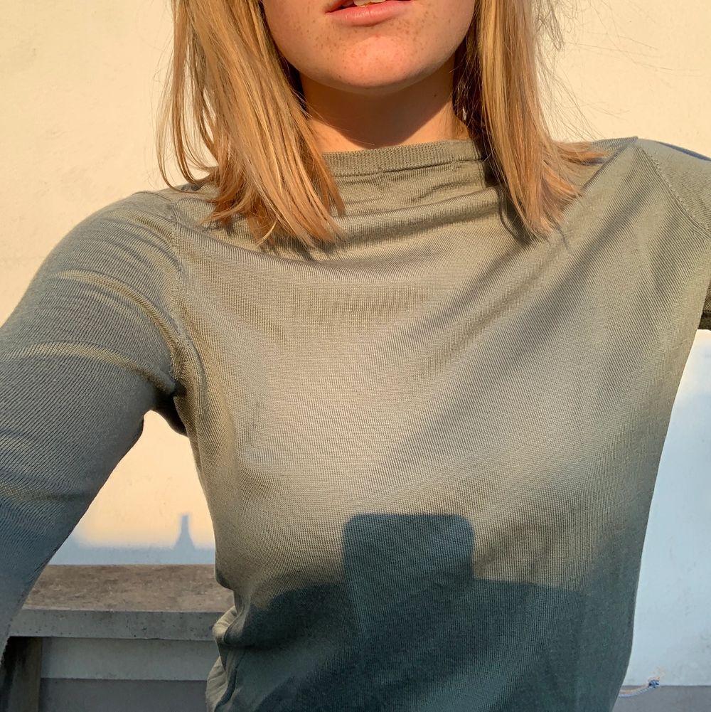 En grön stickad långarmad tröja med ett stretchiga och skönt material. Den är ganska tunn och perfekt för sommarkvällar🥰. Tröjor & Koftor.