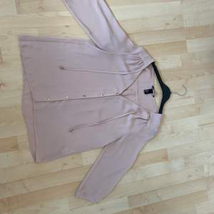 Babyrosa blus i strl 38 från H&M. Fint skick. Är lite mer rosa än vad bilden visar. Lite slitet vid översta knappen men absolut inget som gör den oanvändbar. Kan fraktas om köpare betalt frakt. Hund finns i hemmet!
