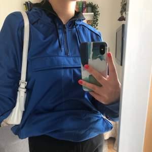 Klarblå hoodie som går att dras åt i midjan. Möts upp eller fraktar.