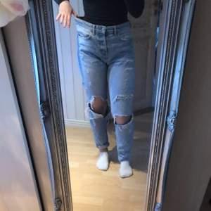 Coolq, håliga low waist boyfriend jeans. Har vikt upp ena benet, lite för långa för mig som är ca 158 men onga problem att vika upp! Säljer pga att de inte riktigt passar mig. Pris kan diskuteras, skriv för mer info eller bilder!❤️ frakt inräknad i priset