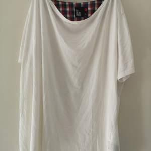 HERR! Vit, tunn t-shirt i storlek XL. I bra skick. 40 kr. Köparen står för frakten! 🌸